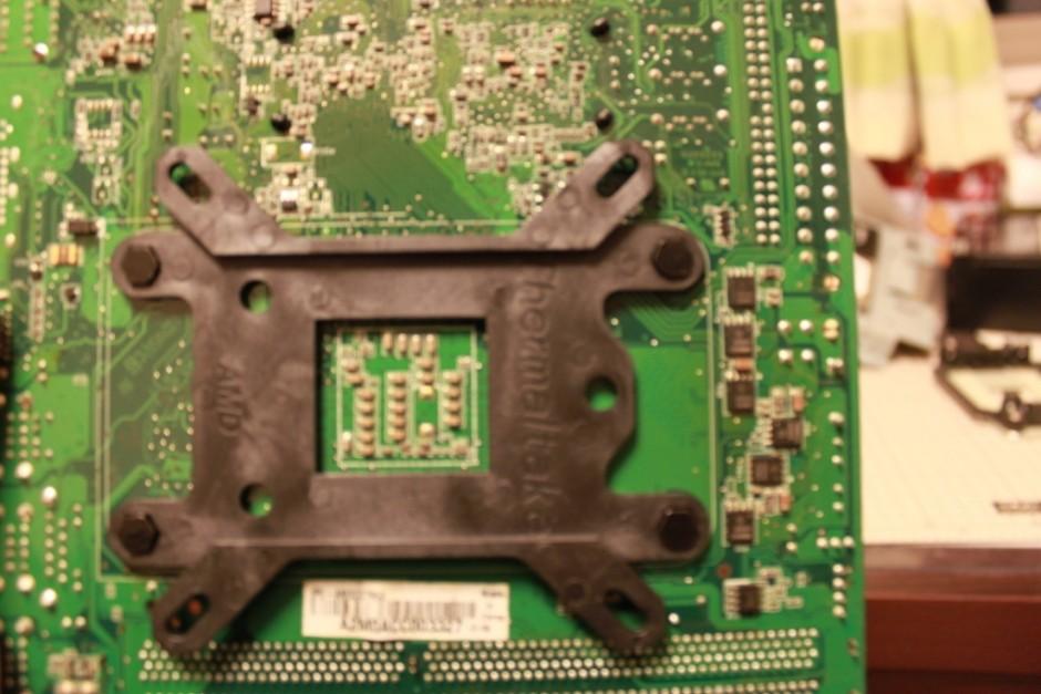 マザーボード裏側のバックプレートを交換