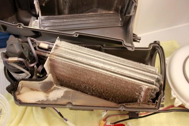 20150510洗濯機ヒートポンプ部の分解清掃11_エバポレータ-コンデンサー.jpg