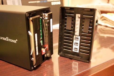 USB-HDD_04_DS322HDD挿して蓋をする