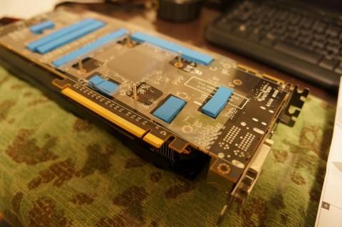 FT-02_Accelero_Extreme4_280X_熱伝導シート04_絶縁用のクリアシートを載せる